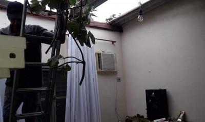 Em Rio Brilhante, temporal com ventos fortes destelha casas e derruba torre de internet