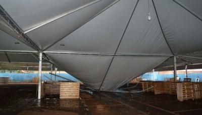 Ventania derruba estrutura de feira que vai acontecer nesta terça em Dourados