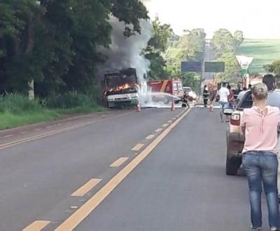 Ônibus com produtos do Paraguai pega fogo na entrada de Caarapó