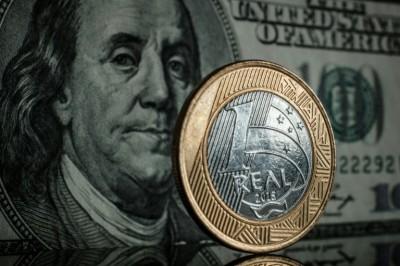 Dólar fecha em leve alta, com investidores de olho no exterior