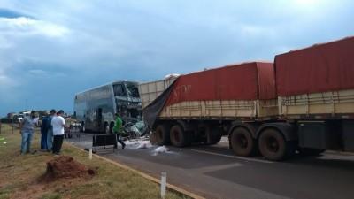 """Motorista de bitrem descreve """"cena de horror\' em acidente com ônibus"""