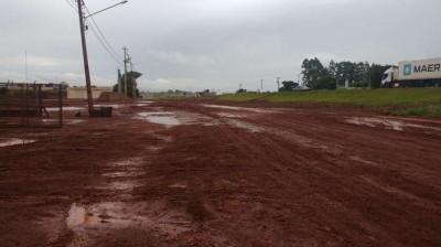 Chuva faz rua virar \'sabão\' e prejudica acesso de trabalhadores em Dourados