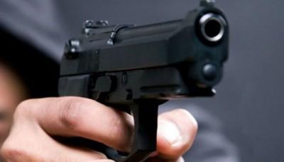 Durante assalto em frente a loja, bandido coloca arma na boca de mulher em Ponta Porã