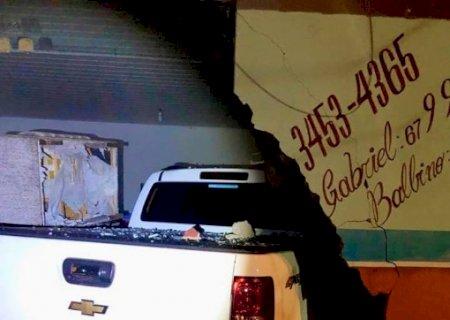 Caarapó: Para evitar atropelar 4 pessoas, condutor choca veículo em estabelecimento comercial