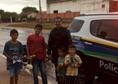 PM de Caarapó faz entrega de mais de 100 ovos de páscoa em bairros