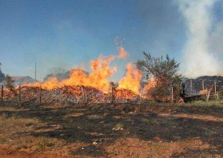 Incêndio toma conta de serraria em Caarapó; é o segundo em menos de 72 horas