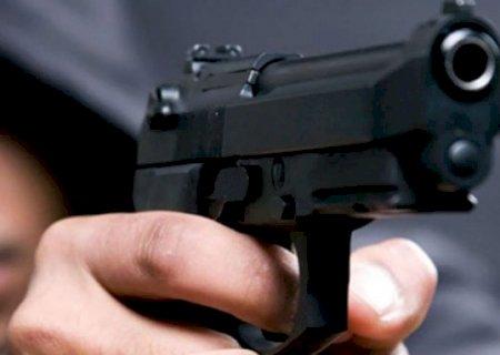 Rapaz tem pistola apontada para a cabeça durante roubo de camionete na fronteira