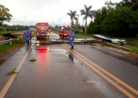 Temporal bloqueia trânsito na MS-156 após placa cair sobre pista entre Caarapó e Amambai