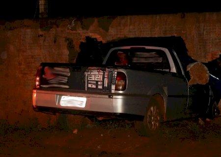 IVINHEMA: Carro bate em muro de chácara