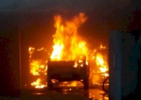 Uno pega fogo dentro de garagem e fica destruído em Nova Andradina