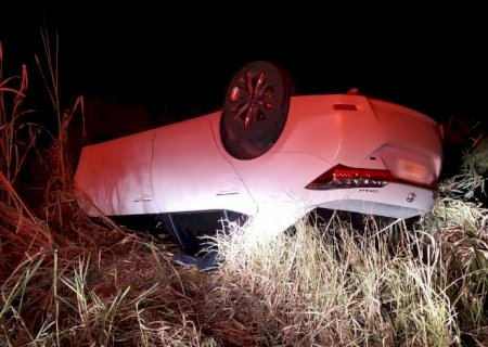 Carro de médica capota e deixa três pessoas feridas entre Deodápolis e Ivinhema