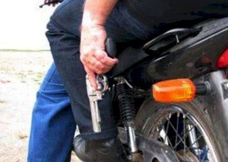 Usando máscara, motoqueiro aponta arma para mulher e rouba celular em Glória de Dourados