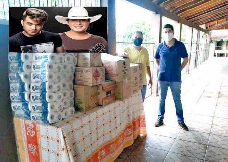 Dupla Conrado & Aleksandro doa alimentos ao Lar dos Idosos de Fátima do Sul
