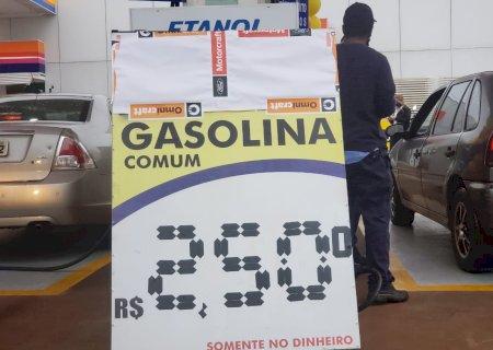 Por gasolina a R$ 2,50 o litro, douradenses enfrentam frio e fila que começou às 3h
