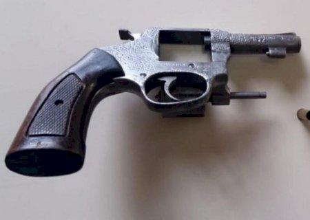 Preso com revólver em bar diz que pegou emprestado para matar uma pessoa em Deodápolis