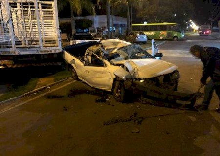Carro fica destruído após bater em caminhão estacionado em Nova Andradina