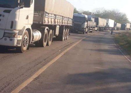 Com fronteira fechada, caminhoneiros chegam ao 3º dia sem comida e banheiro