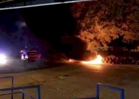 Centenas de pneus são incendiados em bloqueio contra a covid-19