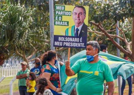 Vestidos de verde e amarelo, campo-grandenses recebem Bolsonaro na Base Aérea