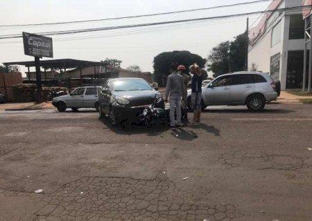 Motociclista é arremessado após colidir com carro em cruzamento sem sinalização