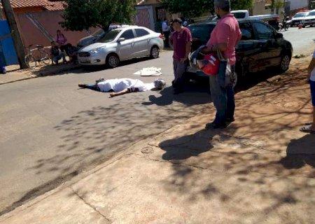 Motociclista bate em veículo, cai e morre atropelado por caminhão em avenida na capital