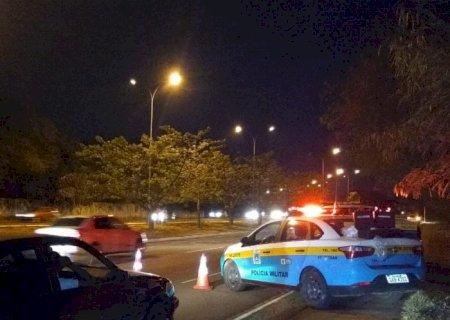 Motorista bêbado é preso ao xingar PMs e ter pneu furado a tiro em perseguição