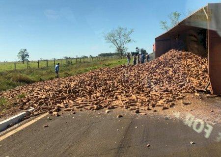 Defesa Civil alerta motoristas sobre perigo na pista onde ocorreu tombamento de carreta em Glória de Dourados