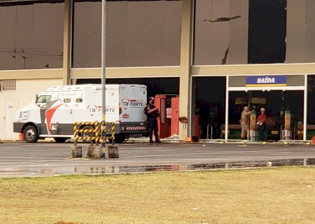 Carro forte resgata dinheiro de caixas eletrônicos destruídos em incêndio no Atacadão