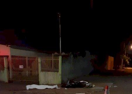 Jovem de 21 anos morre após bater moto em coluna de ferro de conveniência