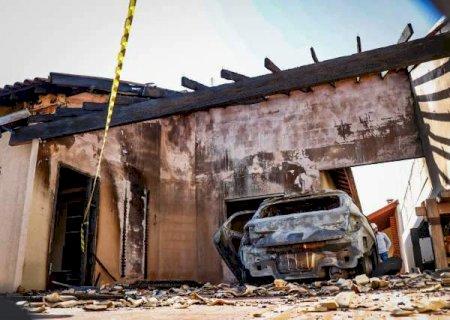 Fogo destrói carro em varanda e faz adolescente desmaiar