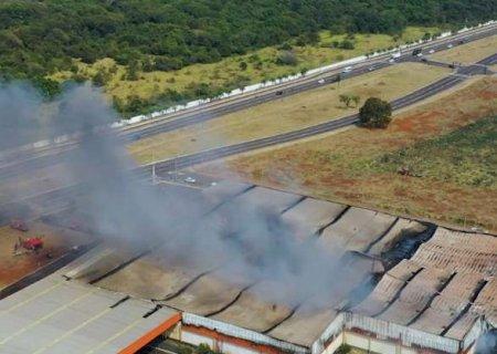 """Após 17 horas, prédio do Atacadão ainda parece uma """"chaminé gigante"""""""