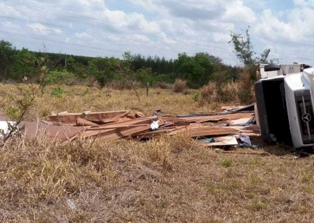 Caminhão carregado com paletes balança em curva e tomba na BR-262