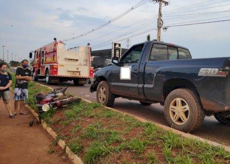 Moto invade preferencial, é atingida por caminhonete e dois ficam feridos em Dourados