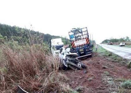 Acidente entre carro e carreta mata pelo menos 3 pessoas em rodovia