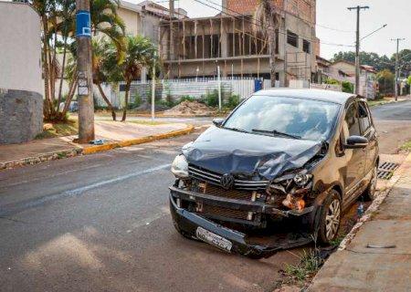 Sem CNH, motorista invade preferencial, bate em caminhonete e causa capotagem