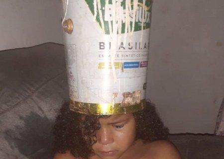 Criança fica com cabeça presa em lata de tinta e liga alerta sobre acidentes