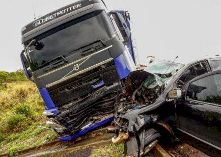 Colisão entre veículo e carreta deixa motorista em estado grave na BR-163