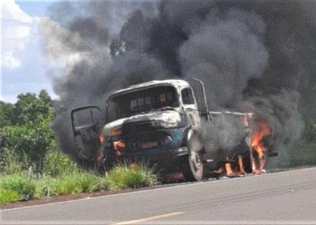 Caminhão fica destruído ao pegar fogo na MS-134, entre Nova Andradina e Nova Casa Verde