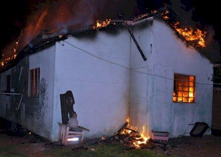 Homem enfurecido prende mulher e filha em residência e ateia fogo em Glória de Dourados
