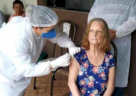 Lar dos Idosos de Fátima do Sul recebem a vacina Coronavac e são imunizados
