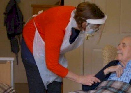 Médica aplica vacina no pai após quase um ano sem ver o idoso