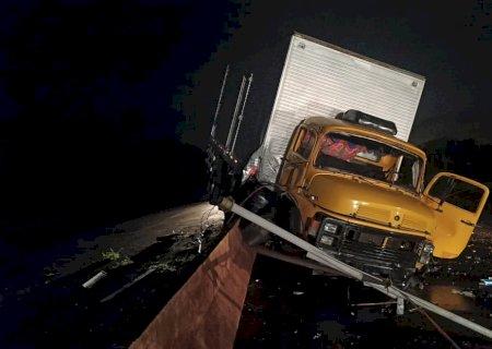 Motorista perde o controle de caminhão, bate no canteiro central e derruba poste na Avenida Guaicurus