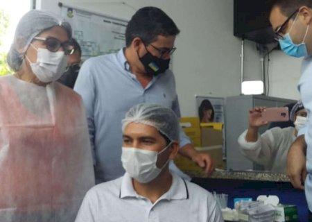 Enfermeiro de 50 anos é primeiro vacinado contra Covid-19 em Dourados