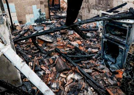 Casa fica totalmente destruida durante incêndio na madrugada de hoje