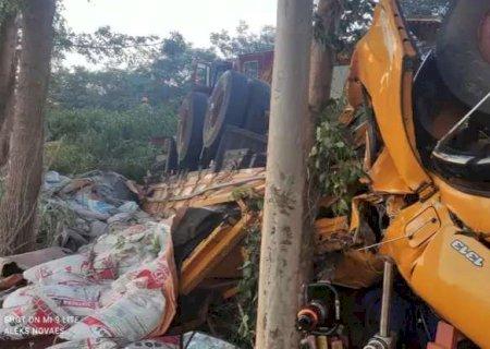 Duas pessoas morrem após caminhão capotar em acidente em Ivinhema na BR-376