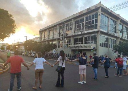 Comerciantes de Dourados realizam 'buzinaço' e pedem flexibilização de decreto