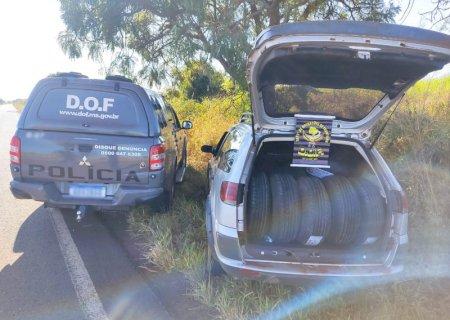Veículo carregado com mais de 90 pneus adquiridos no Paraguai foi apreendido em Deodápolis