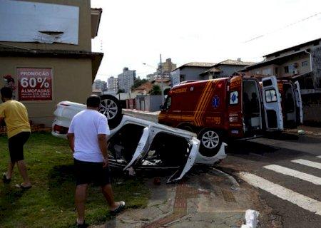 Motorista 'fura' sinal vermelho e carro com 3 crianças capota em Campo Grande