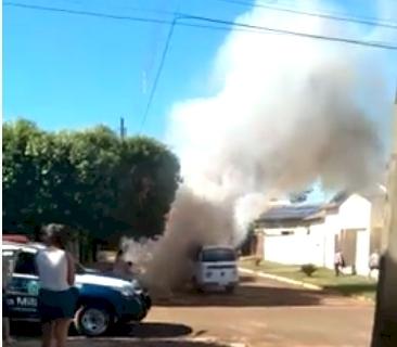 Em Deodápolis, Kombi pega fogo. (VEJA O VÍDEO)