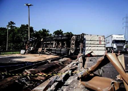 Bêbado, caminhoneiro tomba carga de soja, fecha trecho da BR-163 e vai preso em Campo Grande